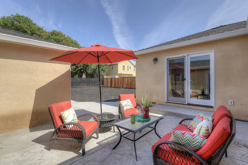 Backyard with red umbrella - Jennifer Kretschmer Architect