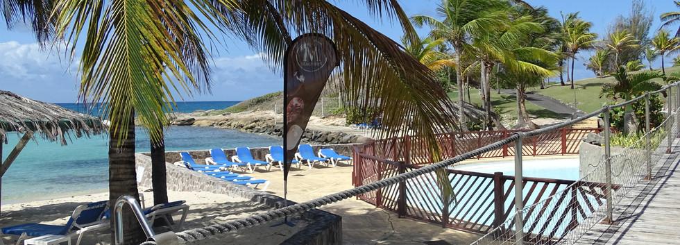 La piscine en bord de lagon