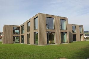 Façade bois de l'école de Vaulruz réalisée par Mivelaz Bois SA