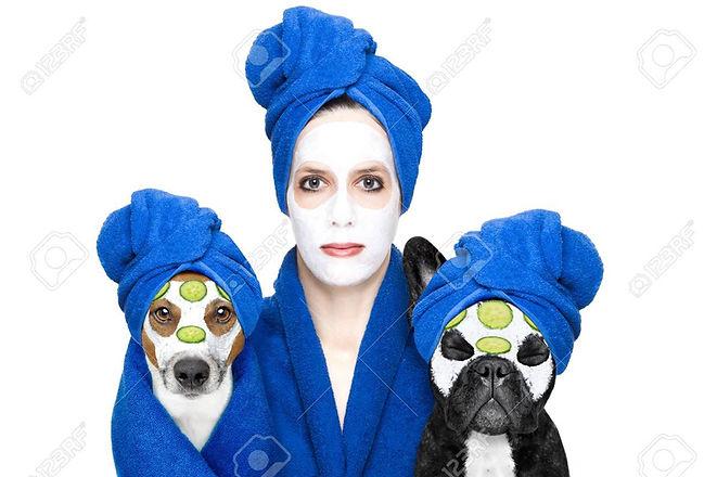 52883542-mujer-joven-o-niña-con-máscara-