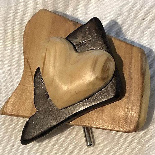 Broche coeur sur fond de mélèze