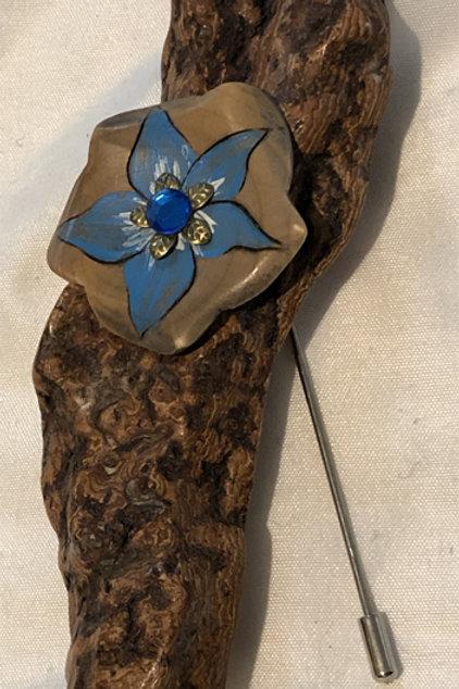Broche écorce fleur bleue