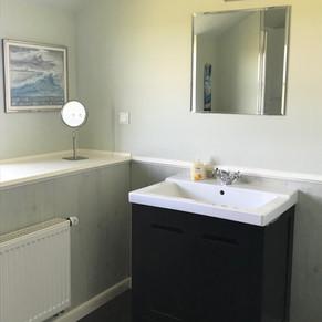 großzügiges Badezimmer mit Dusche