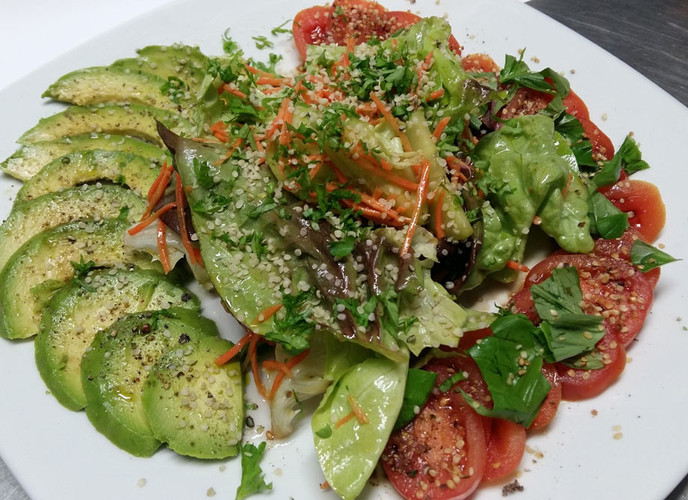 hanf-salat_tomaten-mozarella-hanf_powernuts_rogers-kueche.jpg