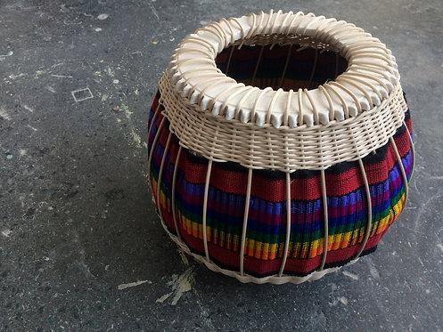 Eskuz egindako saskiak eta ehunak konbinatuta, zeramikaz amaituta