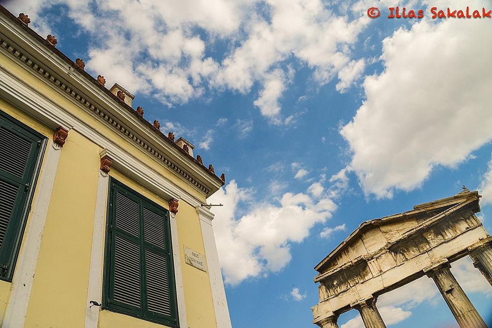 Η Ελλαδα που επιμένει.. Η Ελλαδα που αντιστέκεται.. που ελεγε ο Σαβοπουλος..! Αλλα μόνο στα κτίρια...