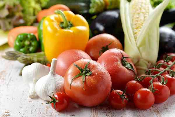 体づくりのためにビタミンを多く含むトマトとパプリカを買う