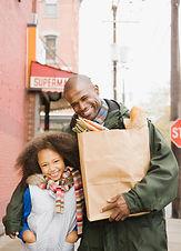 食料品店で父と娘