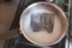 Masque en tissu bouilli dans une casserole avec de l'eau et du savon