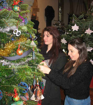 Dartmouth Academy students participate in Stoke Fleming Christmas Tree Festival