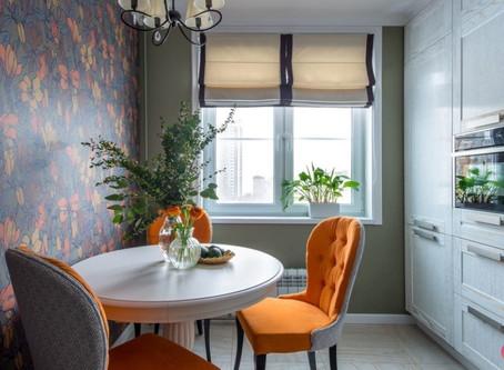 Крупный орнамент обоев и яркий оранжевый