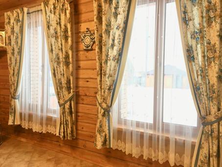 Цветочные шторы в дом из бруса