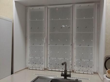 Римские шторы на кухне – очень удобный вариант