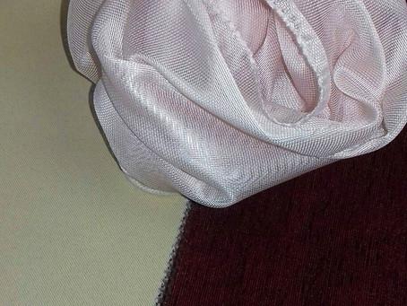 Розовый тюль и бордовые портьеры