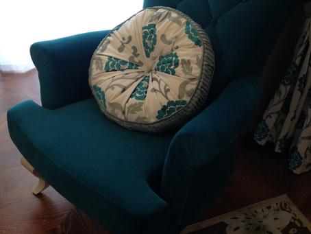 Вокруг бирюзового кресла
