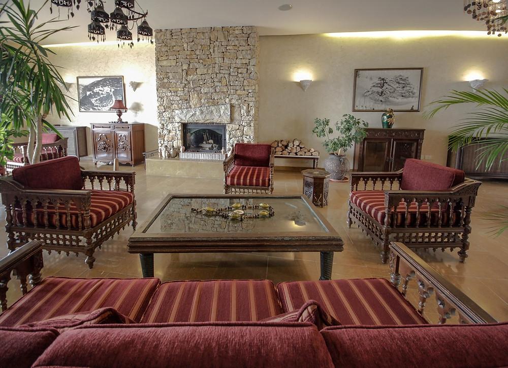 un-hotel-en-beirut-el-agradable-lobby-con-su-chimenea