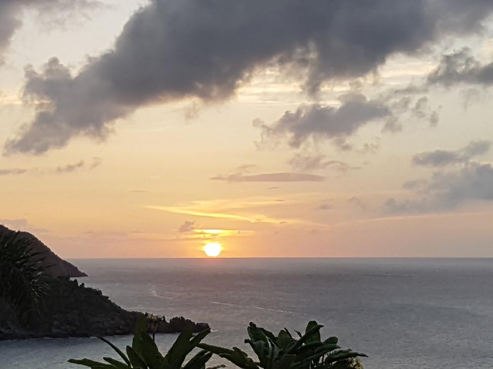 le soleil se couche juste avant la tempête