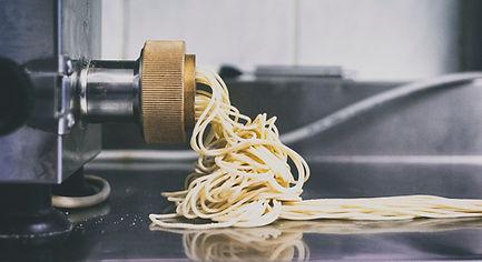 Illustrationsfotografie Maryl Vogel. Frische Pasta aus der Maschine. Fotografenmeister werden in Kiel