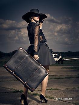 Modefotografie Michael Setz. Frau mit Koffer. Fotorafenmeister werden in Kiel. Photo+Medienforum Kiel