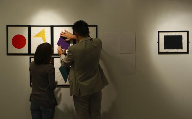 Homem com deficiência visual sente uma obra de arte especialmente adaptada para leitura com as mãos