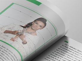 Foto de uma modelo na página de uma revista aberta