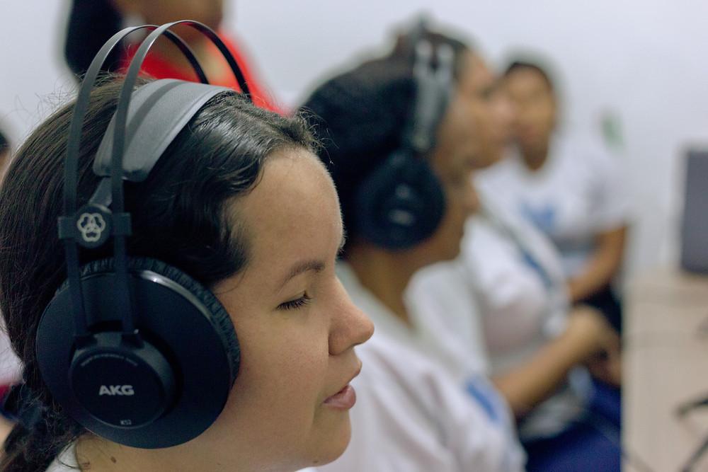 Mulheres cegas em estúdio de rádio