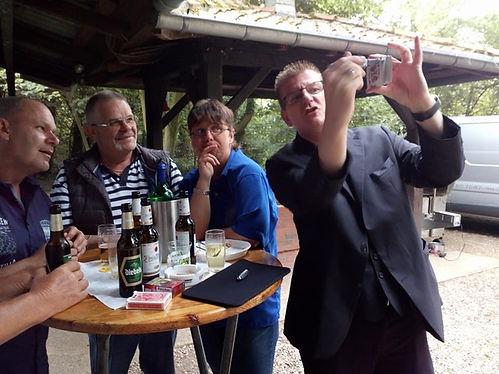 Zauberer im Kleingarten zum Sommerfest für Erwachsene: Marc Dibowski.  Eine Unterhaltung draußen im Schrebergarten. Erstaunliche Erlebnisse live.