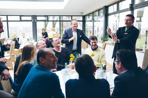 Tischzauberer-buchen-Magier-am-Tisch-Versicherung