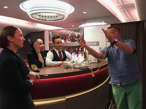 Zauberer im Flugzeug A380-800. Marc Dibowski. Qatar-Airways.