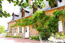 Depuis 1987 Pierre et Valérie d'Eté vous accueillent dans leurs chambres d'hôtes en pleine nature. Ils ont eux-même rénové cette ancienne longère typique du Sud Morvan. Ici l'accueil est simple et chaleureux.