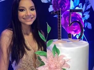 Ana Vitória celebra seus 15 anos em família