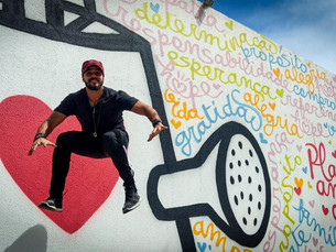 Park Hotel realiza intervenção artística na fachada para transmitir mensagem de amor e otimismo. Ass