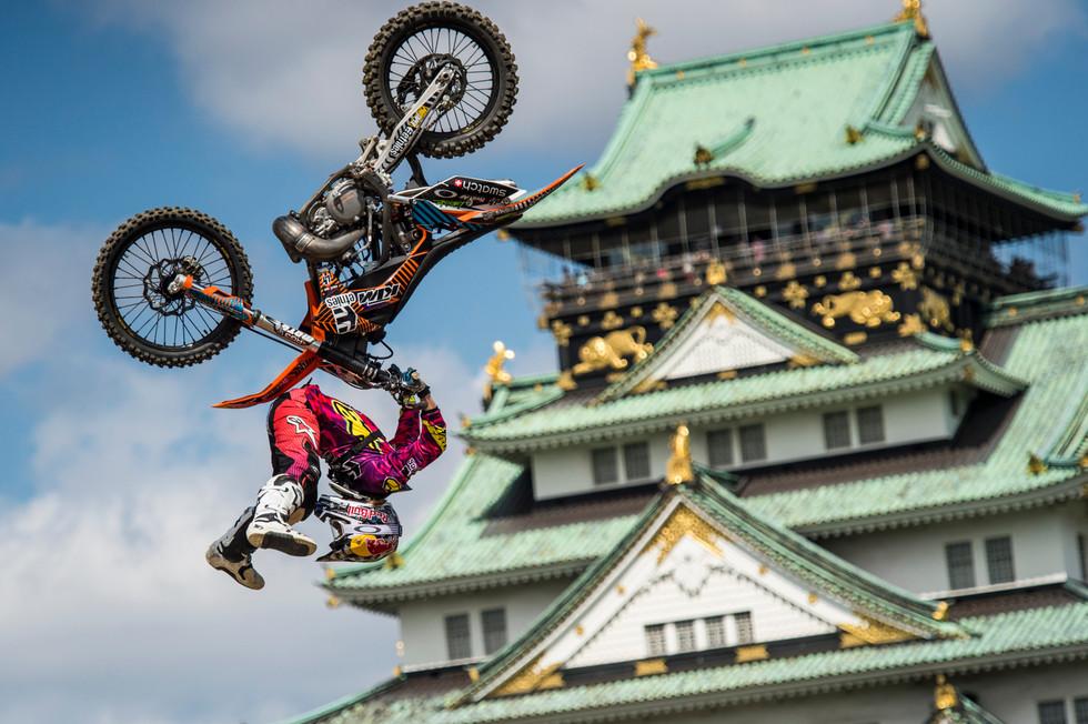 Levi Sherwood and Osaka Castle
