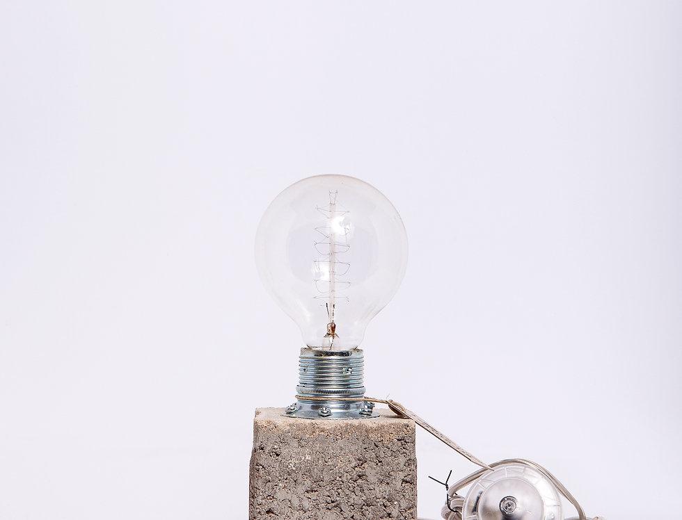 מנורה שולחנית על קוביית בטון ונורת וינטאג' 10*25*10