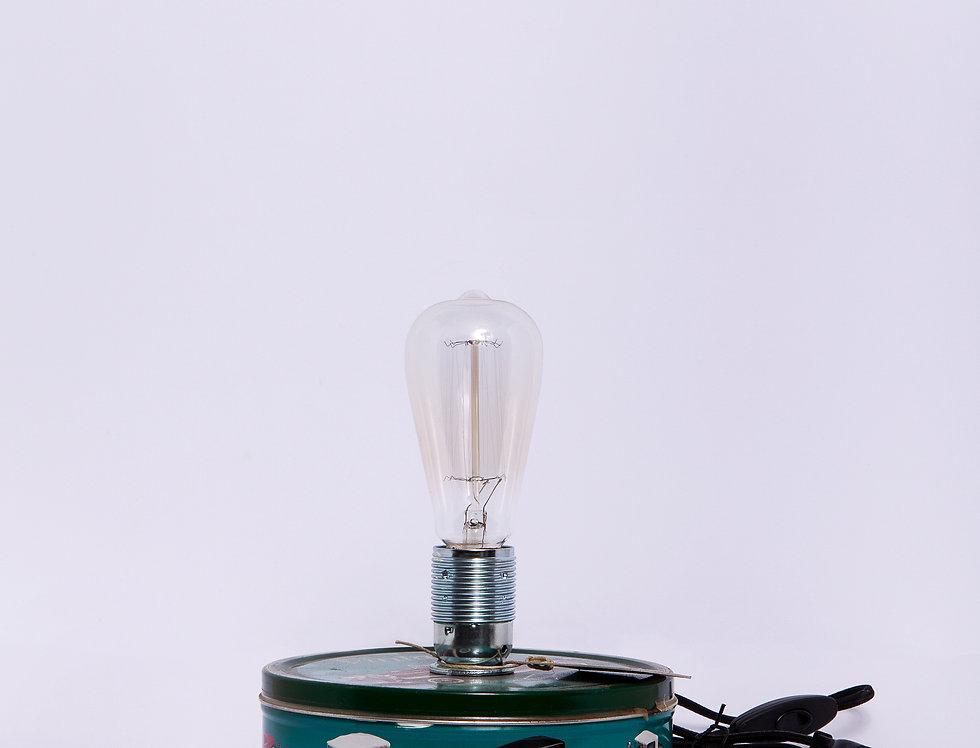 מנורה שולחנית על קופסת פח
