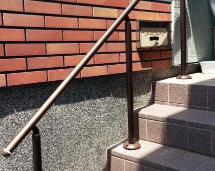 【施工事例】お年寄りの転倒防止に階段手すりを設置