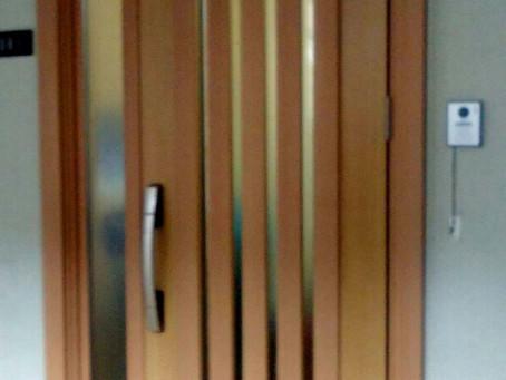 【施工事例】ドア交換と同時に窓に面格子設置(吹田市)