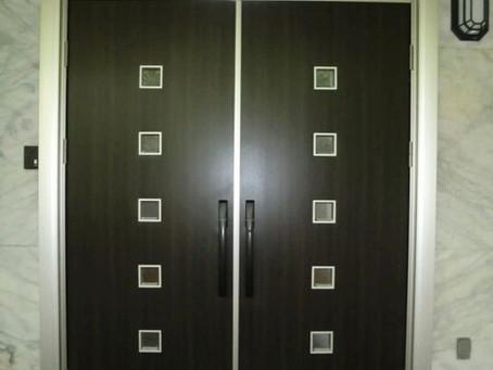 【施工事例】ガラスのドアを断熱性と防犯性の高い両開きドアに(池田市)