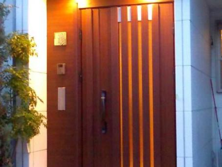 【施工事例】木目の雰囲気はそのままに玄関ドアリフォーム