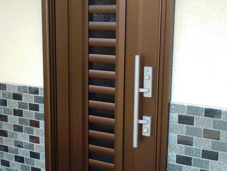 【施工事例】裏口ドアを玄関ドアに(三田市)