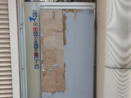 【施工事例】路地裏、犬走のドアを交換(茨木市)