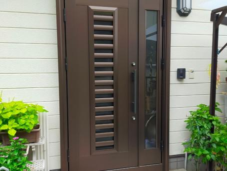 【施工事例】玄関ドア上部に窓を設置(池田市)