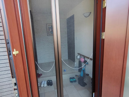 【施工事例】玄関ドア用の網戸を設置(豊中市)