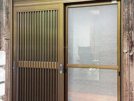 【施工事例】豊能郡K様邸にて玄関引き戸に網戸を設置しました