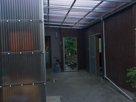 【施工事例】玄関ドア門扉交換と土間改装波板屋根設置(箕面市)