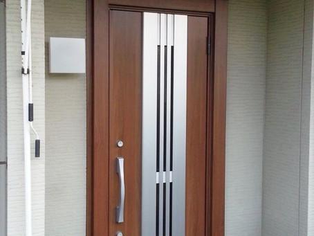 【施工事例】表面の劣化が激しい玄関ドアを木目調の通風ドアに交換(京都市)