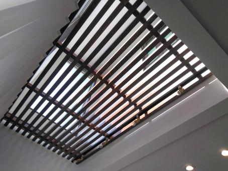 【施工事例】吹抜け上部のFIX窓を天然木の格子天井でカバー(箕面市)