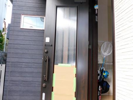 【施工事例】玄関ドアガラス部分の割れ交換工事(茨木市)