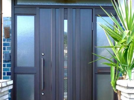 【施工事例】大きな玄関に似合う重厚感のある上品なドアに交換(大津市)