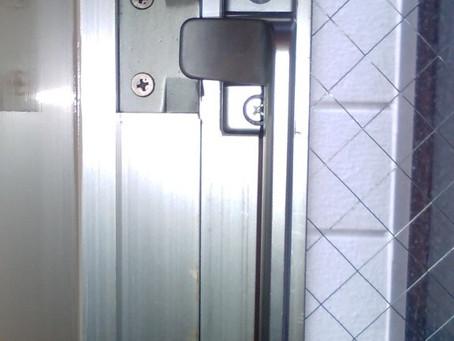 【施工事例】すべり出し窓のカムラッチハンドルを交換(茨木市)